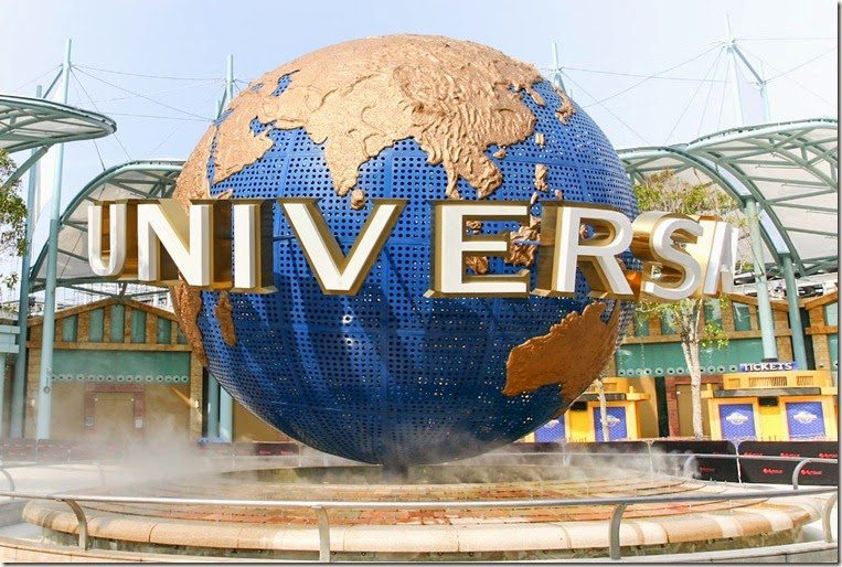 a picture of the entrance to Universal Studios