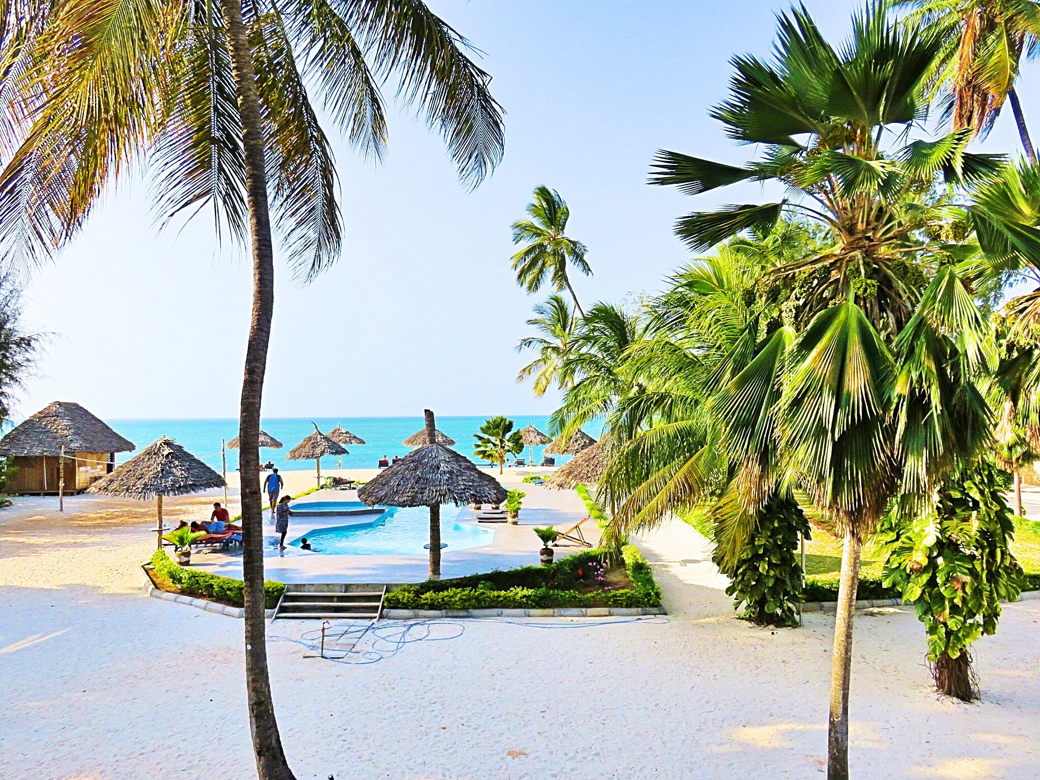 A picure of the pool and sea at the Smiles beach hotel
