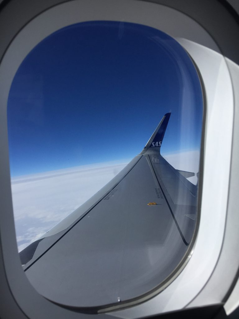a picture of the wing of the airplane