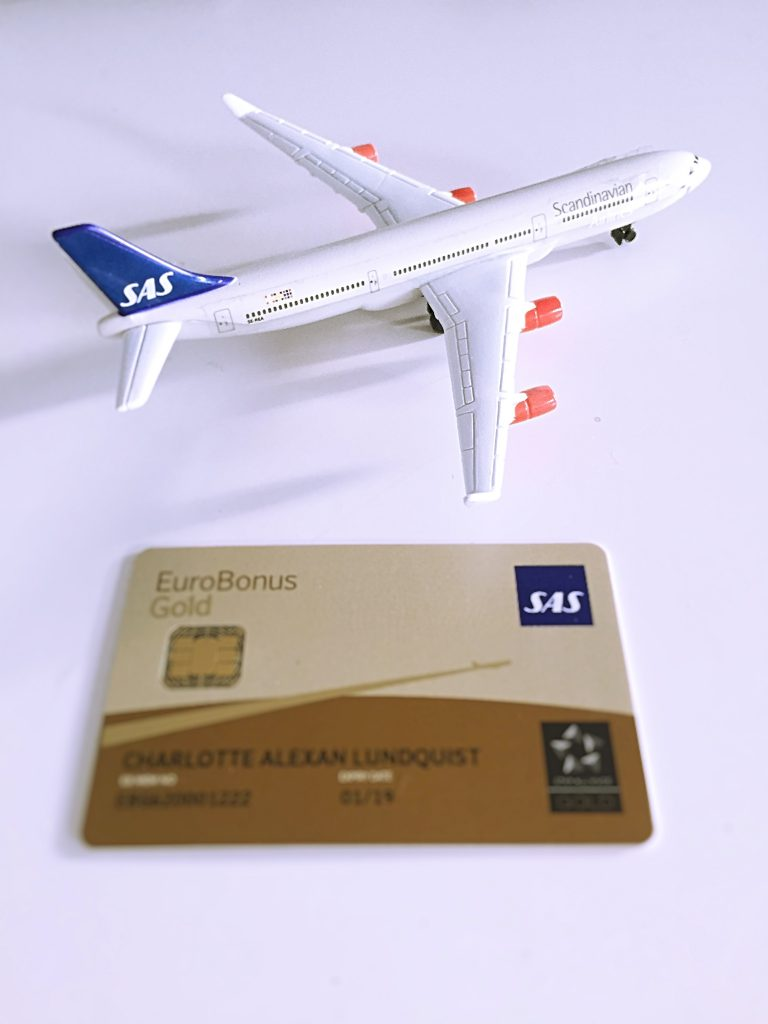 a picture of SAS gold card and of SAS model aircraft