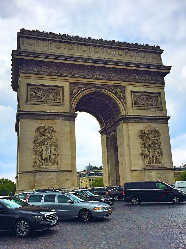 a picture of the Arch de Triomphe