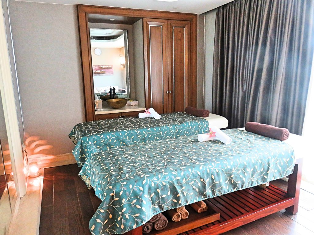 A picture of the room with two spa beds